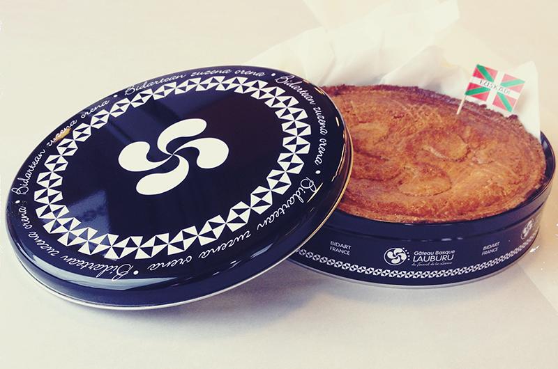 So chic : la nouvelle boite métal noire pour le gâteau basque